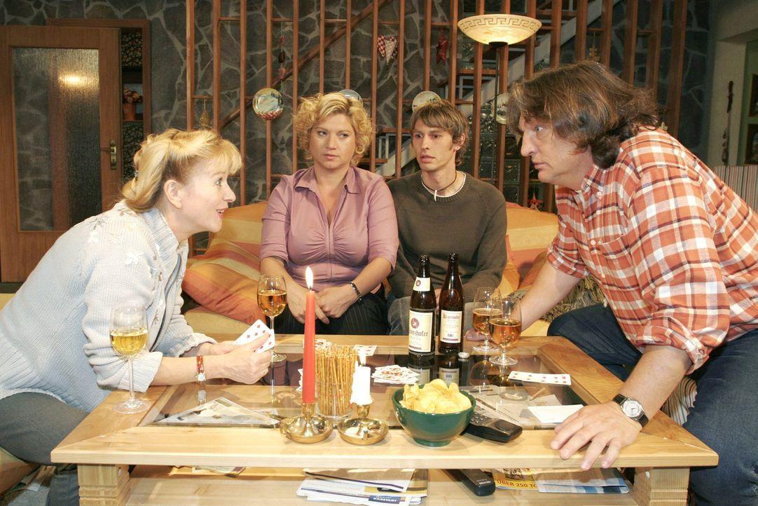 Beim Spieleabend bei Helga (Ulrike Mai, l.) und Bernd (Volker Herold, r.) geht es turbulent zu. Agnes (Susanne Szell, 2.v.l.) überrascht alle, als s... - Bildquelle: Noreen Flynn Sat.1