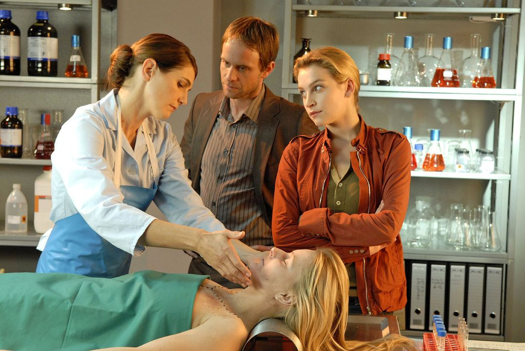 Dr. Stefanie Peters (Nicole Marischka, l.) berichtet Philip (Julian Weigend, M.) und Marie (Jana Klinge, r.), dass die verunglückte Artistin (Julia... - Bildquelle: Christoph Assmann Sat.1