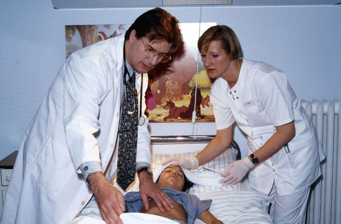 Der Zustand von Felix (Jascha Salimi, M.) hat sich verschlechtert. Dr. Lüders (Ralf Lindermann, l.) und Schwester Hilde (Heike Jonca, r.) betreuen i... - Bildquelle: Daehn Sat.1