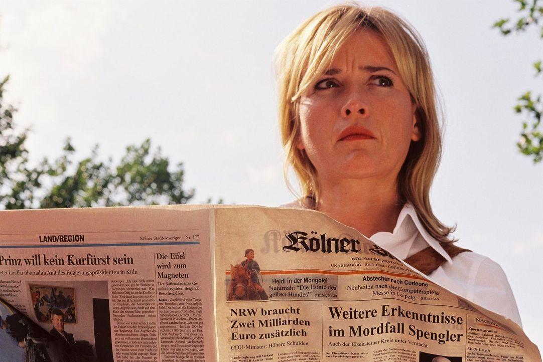 Julia Gerling (Katharina Abt) sieht, dass der Fall Spengler Schlagzeilen macht. - Bildquelle: Tom Trambow Sat.1