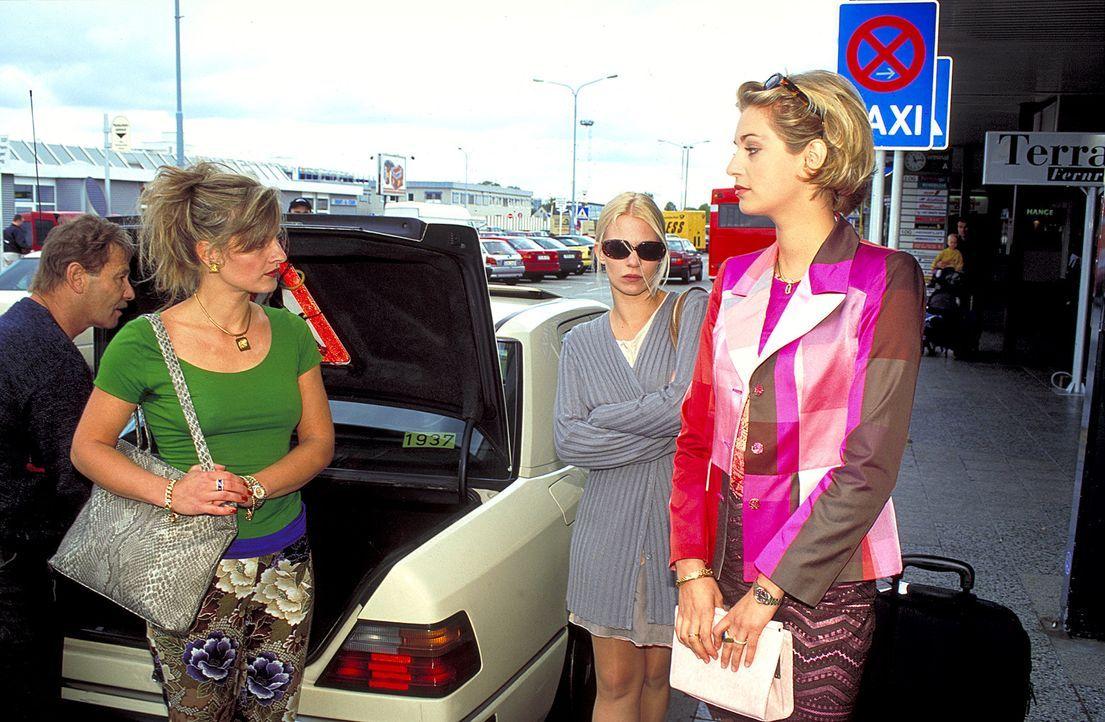 Nach Deutschland zurückgekehrt, will Kristina (Theresa Hübchen, M.) die Polizei einschalten. Jedoch ihre Leidensgenossinnen Eva (Tina Bordhin, r.) u... - Bildquelle: Wolfgang Jahnke ProSieben
