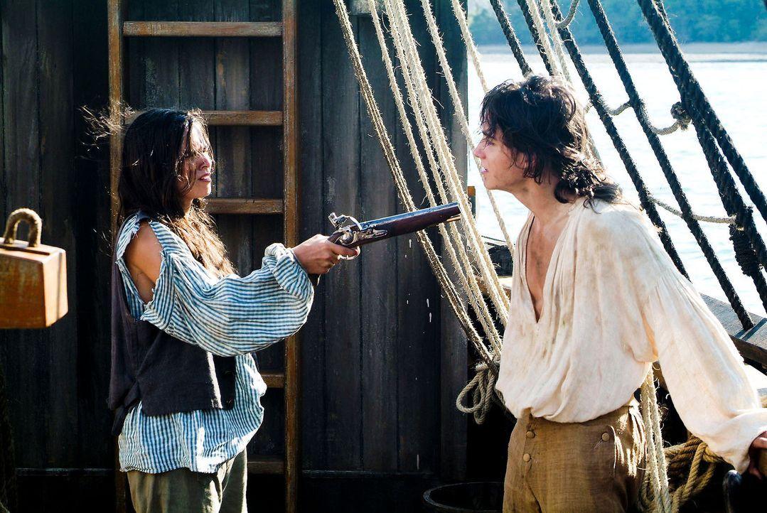 """Als Schiffsjunge Bobby getarnt, gelingt es Sheila (Diane Willems, l.) an Bord der """"Hispaniola"""" zu kommen. Dort gerät sie permanent mit Jim (François... - Bildquelle: Gordon Mühle ProSieben"""
