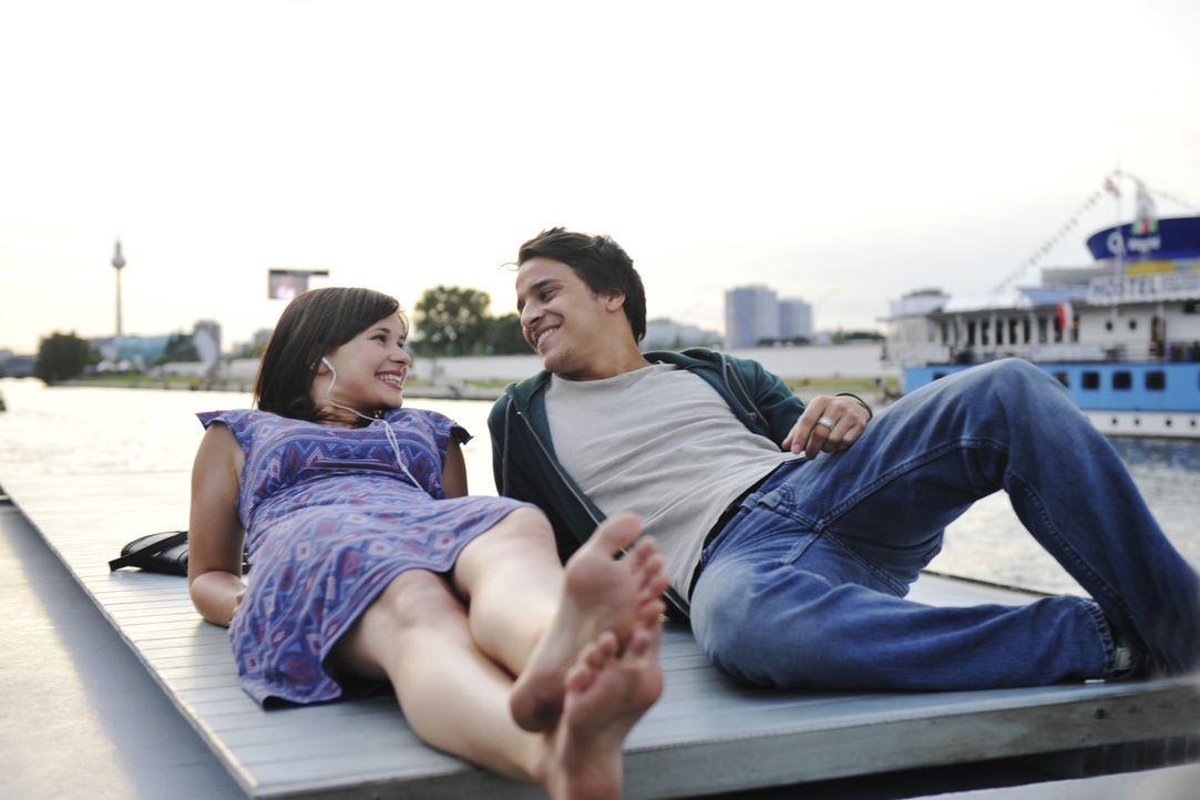 Als Lila (Anna Fischer, l.) nach einem Jahr in der Einöde von Texas nach Berlin zurückkehrt, trifft sie auf Christopher (Kostja Ullmann, r.) und ver... - Bildquelle: Disney