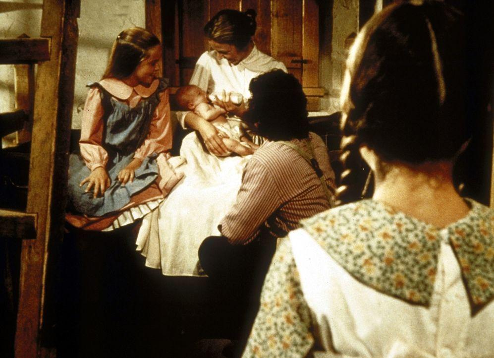 (v.l.n.r.) Mary (Melissa Sue Anderson), Caroline (Karen Grassle) und Charles (Michael Landon) bestaunen den wenige Stunden alten Frederik. Laura (Me... - Bildquelle: Worldvision