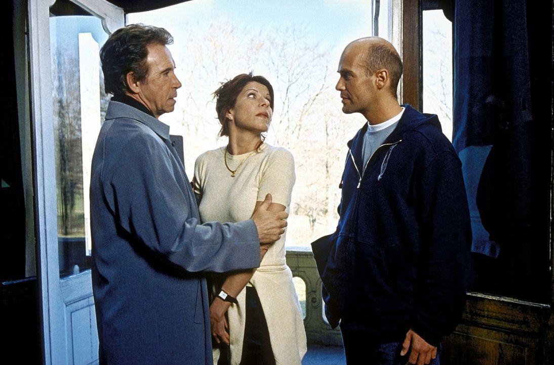 Foto: Rieger - Mit der Hilfe von P. T. (Michael Rast, r.) schafft es Irene (Claudia Wenzel, M.) endlich, sich von ihrem Ehemann Gregor (Wolf Roth, l...