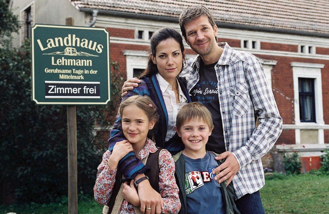 Michael (Kai Wiesinger, r.) und Katharina Lehmann (Bettina Zimmermann, l.) führen ein glückliches Familienleben mit ihren beiden Kindern Tom (Connor... - Bildquelle: Conny Klein Sat.1