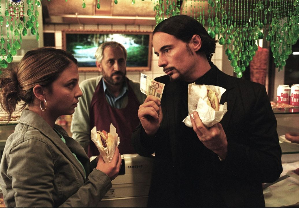 Mehmet (John Friedmann, r.) ist eigentlich immer pleite. Aus diesem Grund darf er seine Freundin Leyla (Arzu Bazman, l.) auch nur unter einer Beding... - Bildquelle: Sat.1