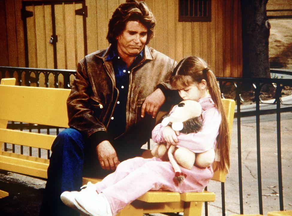 Die kleine Sarah Barrett (Morgan Nagler, r.) erzählt Jonathan (Michael Landon, l.), dass sie auf dem Rummelplatz ihre Mutter verloren hat. - Bildquelle: Worldvision Enterprises, Inc.
