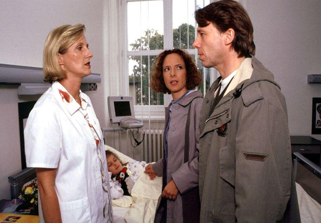 Kirsten (Karina Thayenthal, 2.v.r.) und Markus Meckel (Ulrich Wiggers, r.) regen sich darüber auf, dass es ihrer Tochter Nina (Ronja Muth, 2.v.l.) n... - Bildquelle: Kurby SAT.1