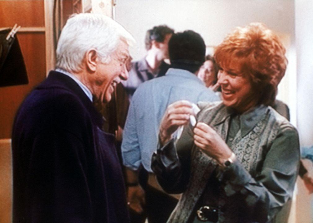 Der bekannten Fernsehmoderatorin Kitty Lynn Hastings (Vicki Lawrence, r.) macht die Show mit ihrem Ehrengast Dr. Mark Sloan (Dick Van Dyke, l.) groß... - Bildquelle: Viacom