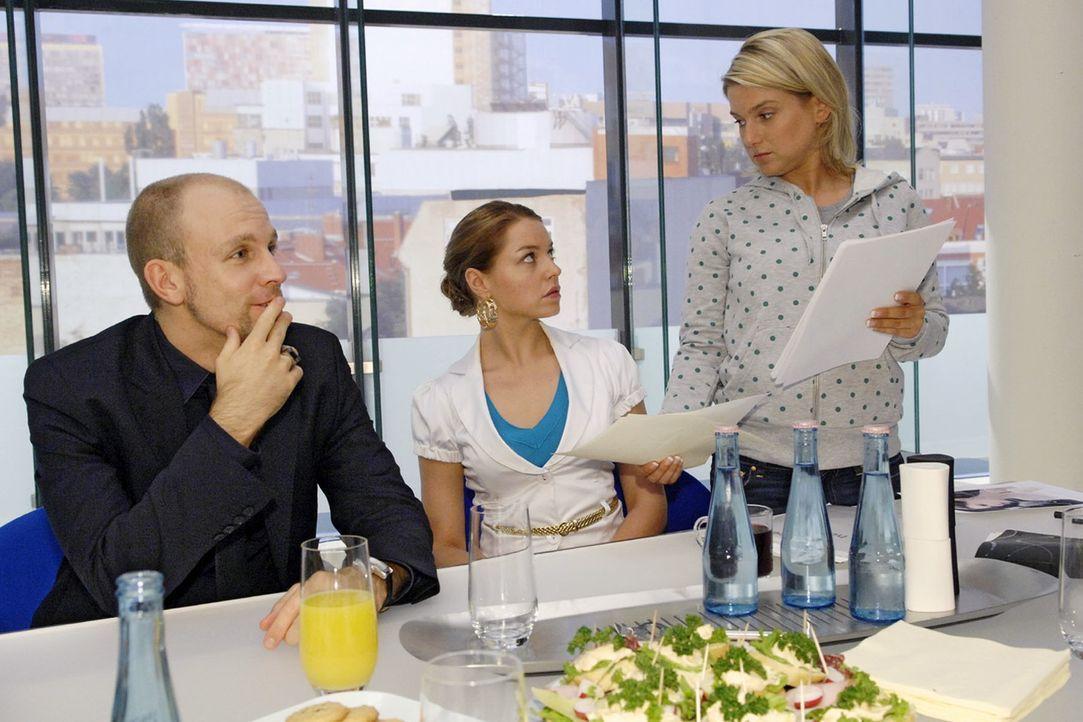 Anna rettet Katja aus der Bredouille. v.l.n.r.: Gerrit (Lars Löllmann), Katja (Karolina Lodyga), Anna (Jeanette Biedermann) - Bildquelle: Claudius Pflug Sat.1