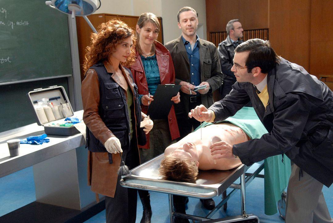 Das R.I.S.-Team untersucht die Leiche von Gregor Klein. (v.l.n.r.) Judith (Proschat Madani), Gregor Klein (Enno Hesse), Dr. Peters (Nicole Marischka... - Bildquelle: Christoph Assmann Sat.1