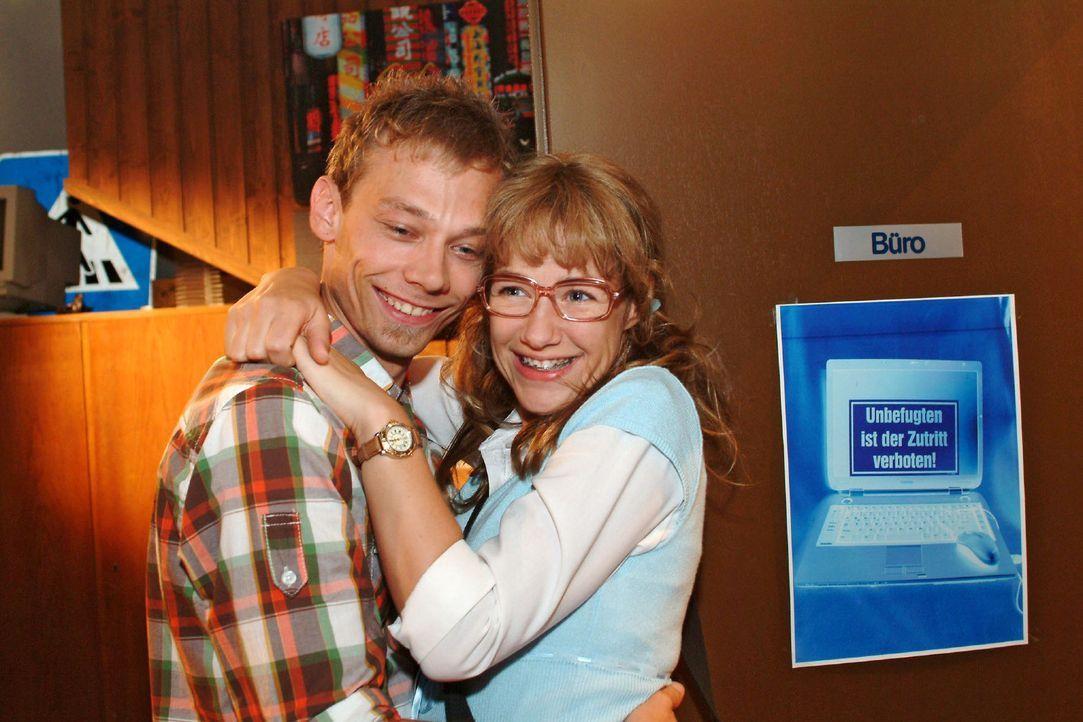 Lisa (Alexandra Neldel, r.) ist wieder glücklich, dass sie sich mit Jürgen (Oliver Bokern, l.) ausgesprochen hat und ihm wieder vertrauen kann. (Die... - Bildquelle: Monika Schürle Sat.1