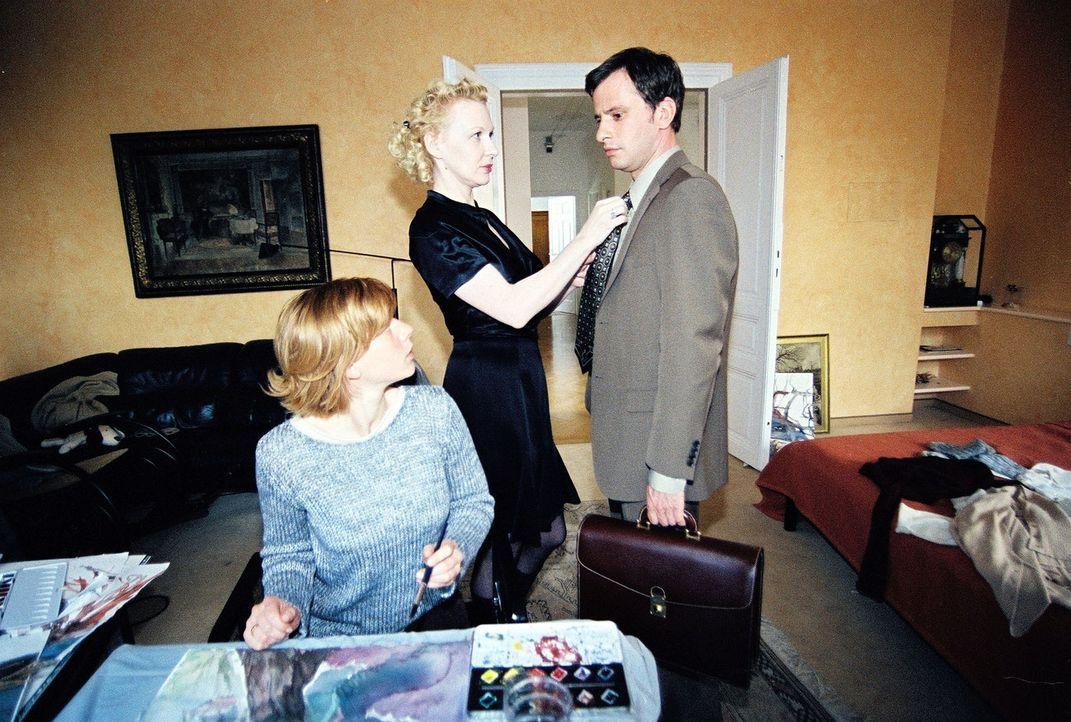 Der Hauptverdächtige Michael Kaipl (Frank Stieren, r.) kommt nach Hause zu seiner Frau Hanna (Inka Löwendorf, l.) und deren Schwester Beatrix (Sunny... - Bildquelle: Ali Schafler Sat.1