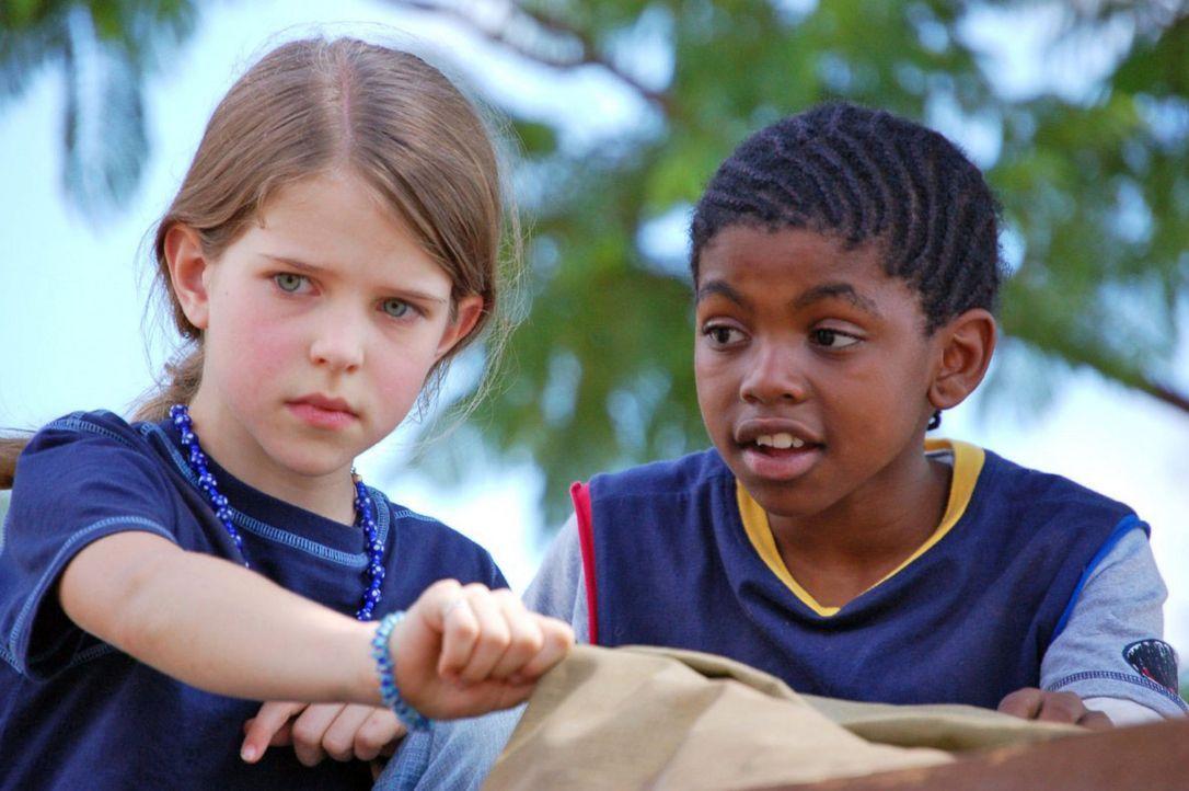 Ottos Tochter Anna (Leonie Charlotte Brill, l.) fühlt sich pudelwohl in Afrika. Schnell hat sie Freundschaft mit dem gleichaltrigen Mbugu (Given Mah... - Bildquelle: Blid Alsbirk Sat.1