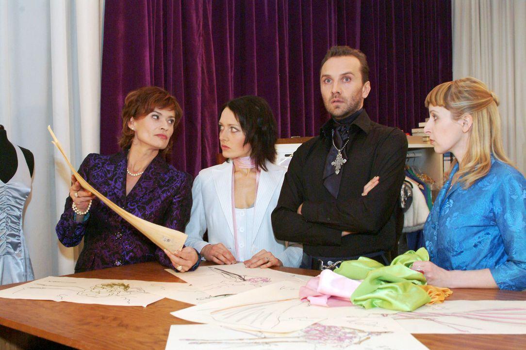 Die Mitarbeiterinnen Nina (Meike Brose, 2.v.l.) und Ariane (Lilli Anders, r.) sind begeistert von Hugos (Hubertus Regout, 2.v.r.) Entwürfen - Sophie... - Bildquelle: Monika Schürle Sat.1