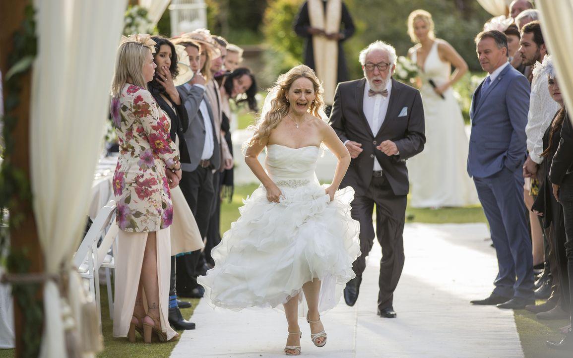 Nachdem bereits der Bräutigam überstürzt die Feierlichkeiten verlassen hat, rennt jetzt auch noch die Braut (Katharine Mehrling, M.l.) vom Schauplat... - Bildquelle: Charlie Sperring SAT.1