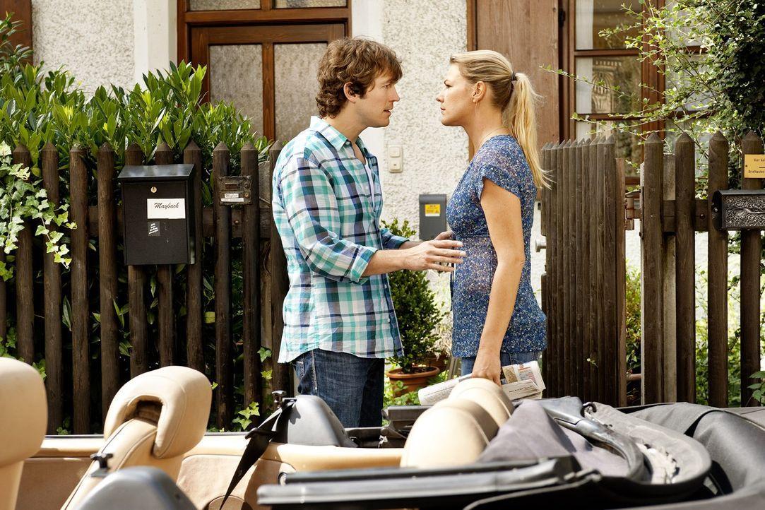 Als Jule (Sophie Schütt, l.) von Ariane erfährt, dass ihr Robin (Stefan Murr, l.) für eine PR-Aktion wahre Liebe vorgegaukelt hat, bricht sie die Be... - Bildquelle: Marco Nagel SAT.1