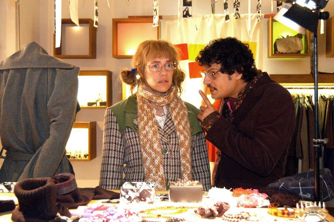 Lisa (Alexandra Neldel, l.) hat sich auf ein Spiel mit Rokko (Manuel Cortez, r.) eingelassen. Im Kaufhaus soll sie Dinge machen, die sie sonst niema... - Bildquelle: Noreen Flynn Sat.1