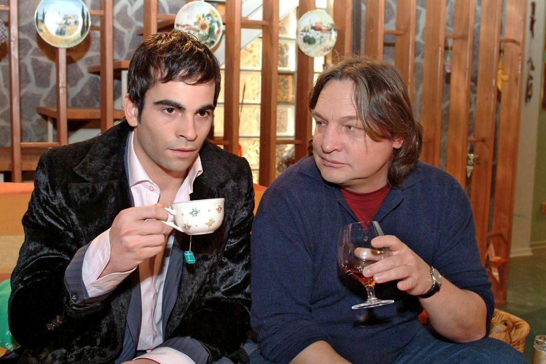 Lisas Vater Bernd (Volker Herold, r.) versucht mit David (Mathis Künzler, l.) ein Gespräch unter Männern zu führen, um herauszufinden, warum seine T... - Bildquelle: Monika Schürle Sat.1