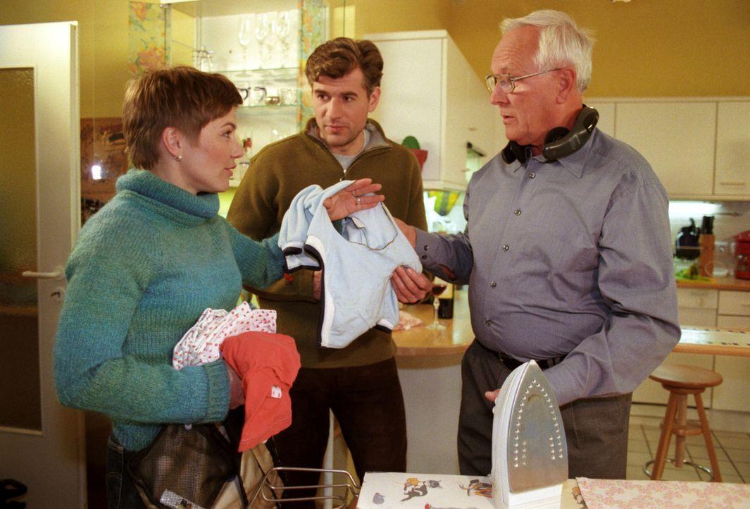 Opa Reinhold (Alfred Müller, r.) will Stephanie (Claudia Schmutzler, l.) im Haushalt hilfreich unter die Arme greifen, allerdings erweist er dafür a... - Bildquelle: Noreen Flynn Sat.1