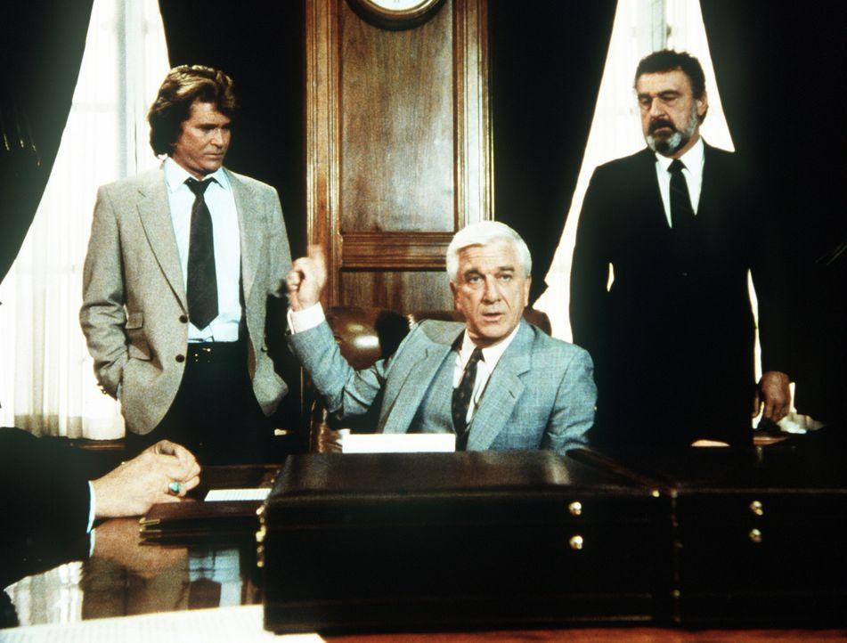 Jonathan (Michael Landon, l.) und Mark (Victor French, r.) nehmen als Mr. Bensons (Leslie Nielsen, M.) Leibwächter an einer Aufsichtsratssitzung tei... - Bildquelle: Worldvision Enterprises, Inc.