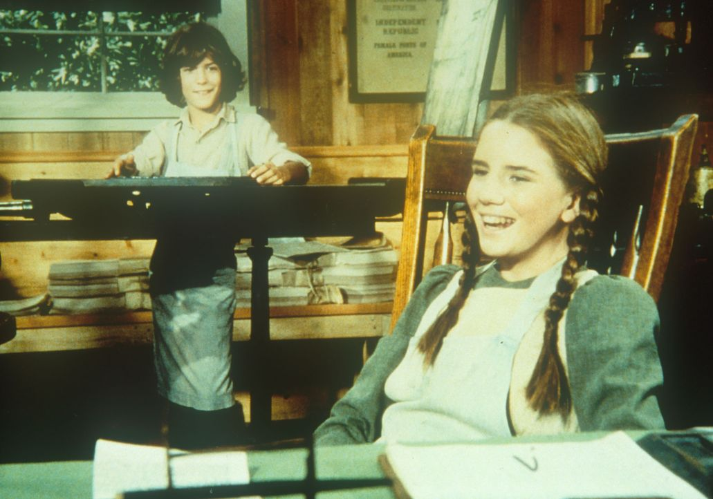 Albert (Matthew Laborteaux, l.) und Laura (Melissa Gilbert, r.) haben einen Job in der Druckerei erhalten. - Bildquelle: Worldvision
