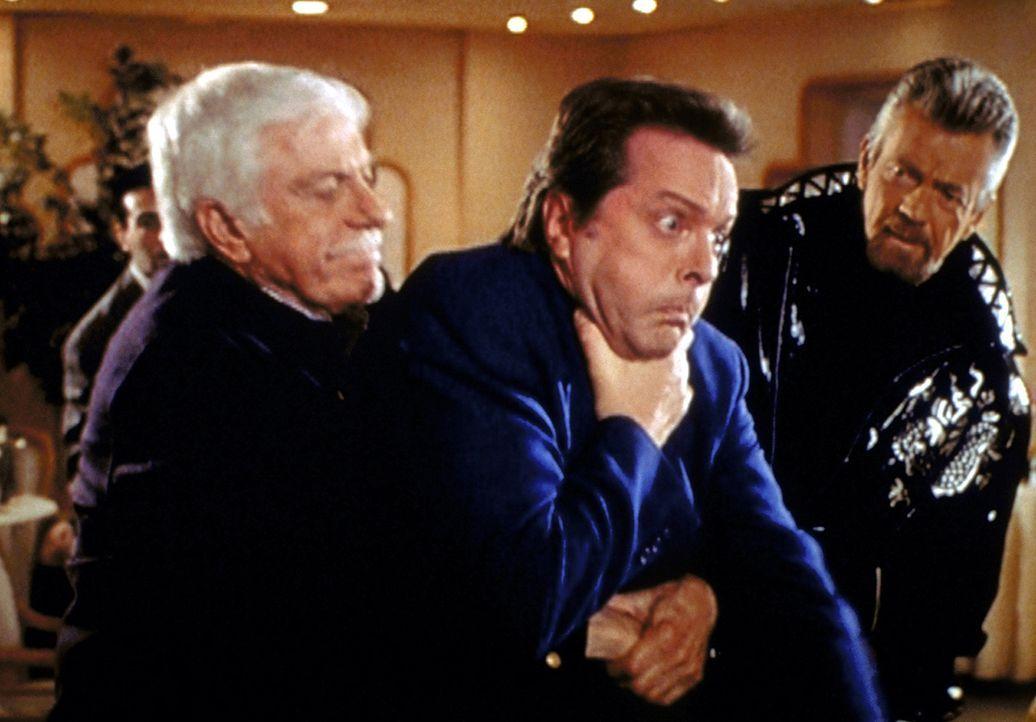 Mark (Dick Van Dyke, l.) bewahrt den Schauspieler Jerry Lane (Ian Ogilvy, M.), durch sein schnelles Eingreifen, vor dem Ersticken. - Bildquelle: Viacom
