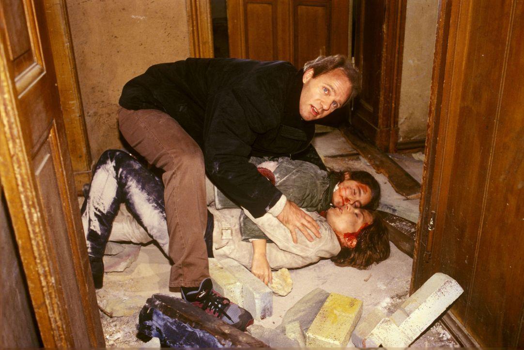 Dr. Nerlinger (Herbert Trattnigg, l.) findet Stephanie (Claudia Schmutzler, vorne liegend), die bei dem Versuch, die kleine Nadina (Sabrina Hodzic,... - Bildquelle: Noreen Flynn Sat.1