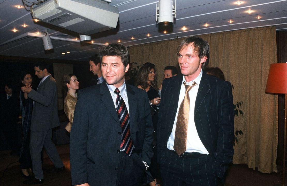 Jupp (Uwe Fellensiek, l.) und Falk (Dirk Martens, r.) ermitteln undercover als Geschäftsmänner. - Bildquelle: Münstermann Sat.1