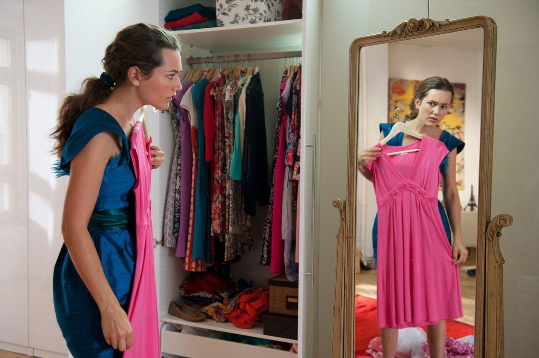 Für die burschikose Sina (Alissa Jung) ist Sophies Kleiderschrank ein reiner Alptraum. Aber um keine Zweifel aufkommen zu lassen, muss sie sich mit... - Bildquelle: Stephan Rabold SAT.1