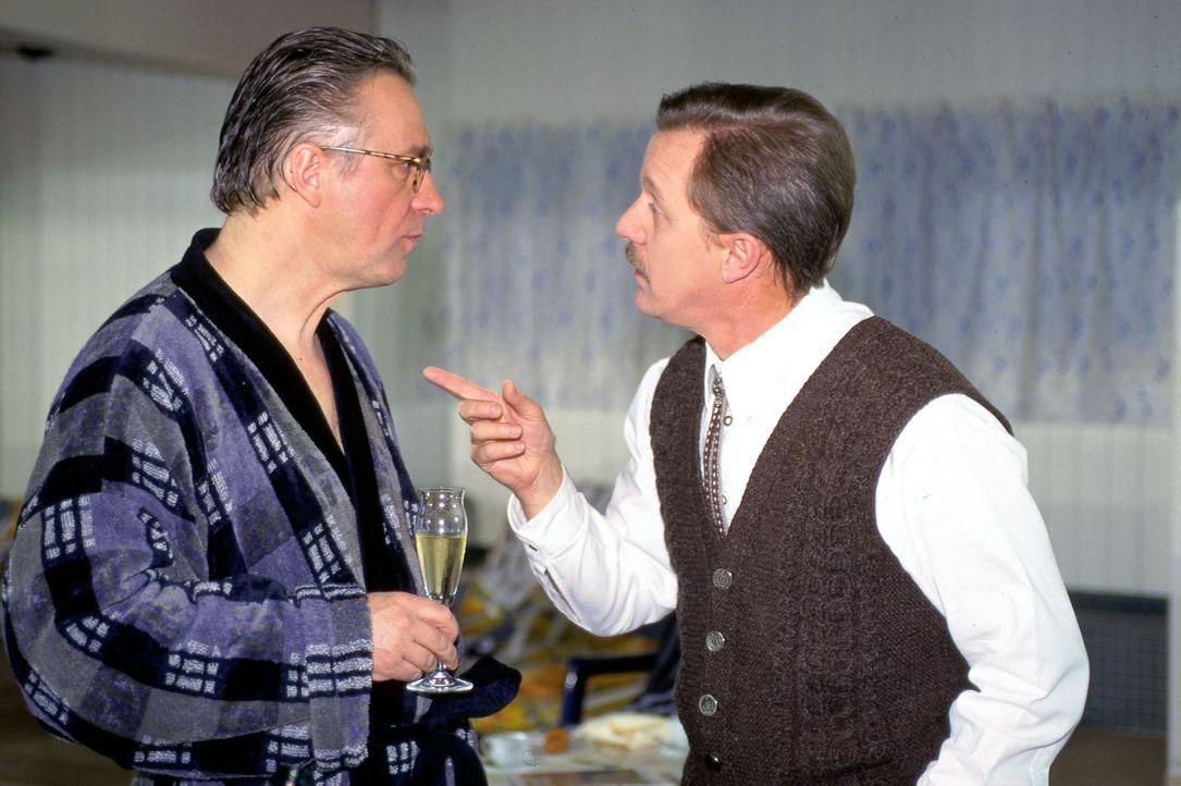 Bürgermeister Rissbacher (Werner Rom, r.) macht dem Ortsvorsitzenden Rambold (Gerd Anthoff, l.) klar, dass er des Mordes an dem Studenten Blattner v... - Bildquelle: Magdalena Mate Sat.1