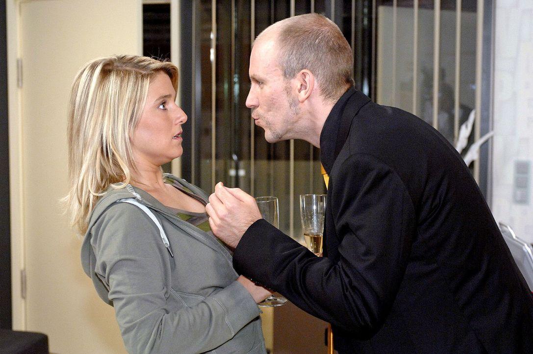 Anna (Jeanette Biedermann, l.) wird von Gerrits (Lars Löllmann, r.) plötzlicher Annäherungsattake überrumpelt. Soll sie sich von ihm küssen lassen .... - Bildquelle: Oliver Ziebe Sat.1