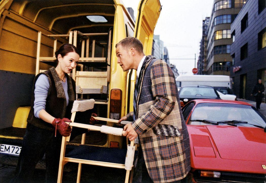 Maria (Stefanie Stappenbeck, l.) hat mit ihrem Transporter Bens (Matthias Koeberlin, r.) Ferrari eingeparkt. Widerwillig hilft er beim Einladen der... - Bildquelle: Jeanne Degraa Sat.1/Degraa