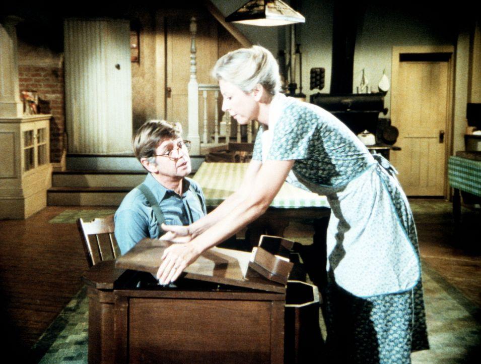 Olivia (Michael Learned, r.) lässt sich von John (Ralph Waite, l.) überreden, an dem Malwettbewerb der Frauenliga teilzunehmen. Mit durchschlagendem... - Bildquelle: WARNER BROS. INTERNATIONAL TELEVISION