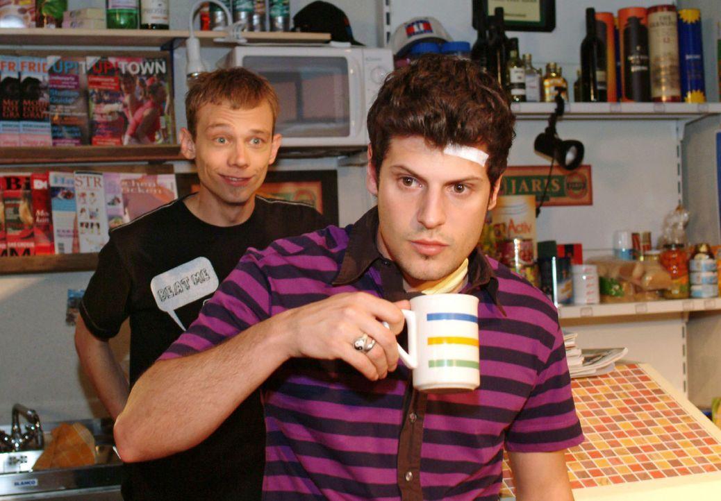 Rokko (Manuel Cortez, r.) taucht bei Jürgen (Oliver Bokern, l.) im Kiosk auf und grübelt unzufrieden über die vergangene Nacht. - Bildquelle: Monika Schürle Sat.1