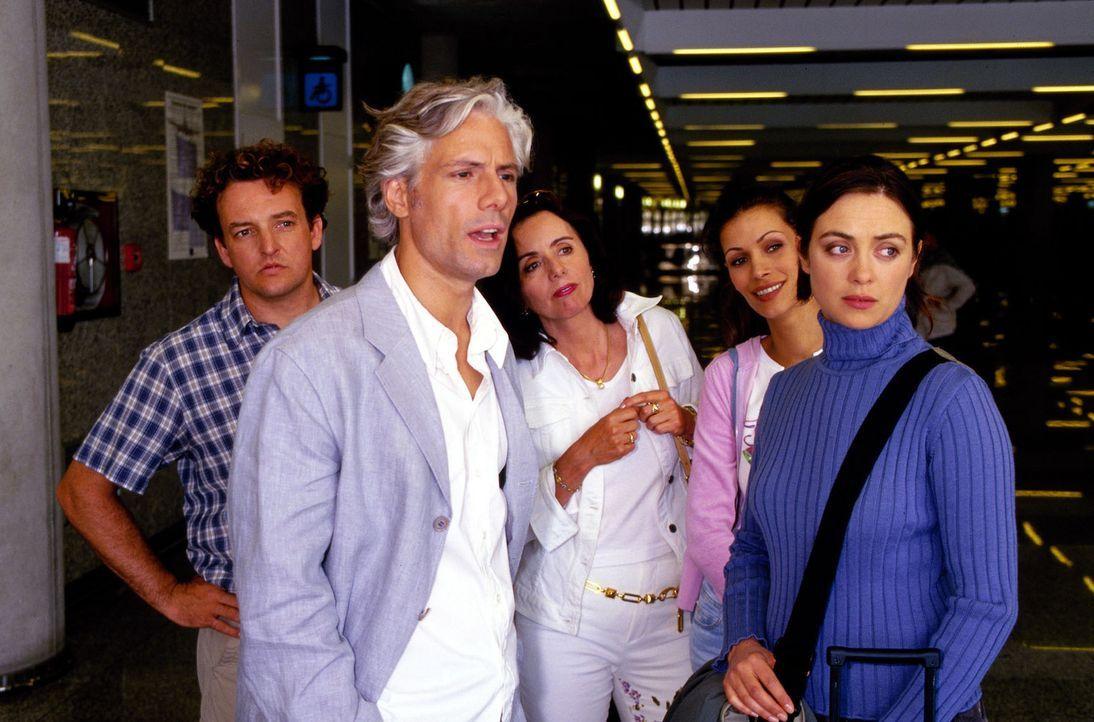 Luise (Julia Richter, r.), Bernd (Marco Rima, l.), Ute (Heidrun Petersen, M.) und Sandra (Yasmina Filali, 2.v.r.) verabschieden am Flughafen den att... - Bildquelle: Frank Hempel Sat.1
