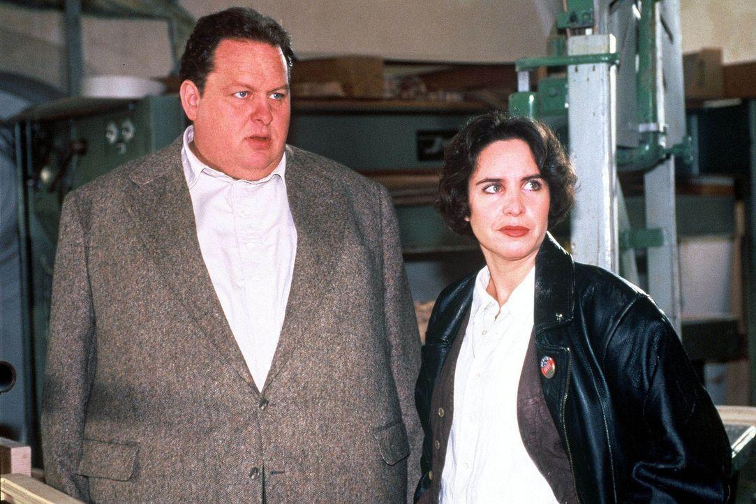 Kommissar Benno Berghammer (Ottfried Fischer, l.) und seine Kollegin Sabrina Lorenz (Katerina Jacob, r.) sind einem handfesten Korruptionsfall im Fi... - Bildquelle: Magdalena Mate Sat.1