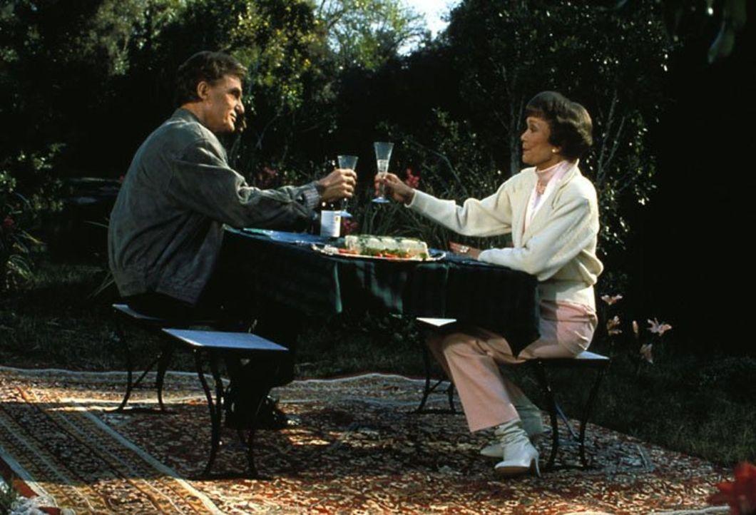 (6. Staffel) - In ihrem Kurhotel trifft Angela (Jane Wyman, r.) auf ihren alten Freund und Seelenverwandten, den Milliardär Roland Saunders (Robert... - Bildquelle: 1986   Warner Brothers