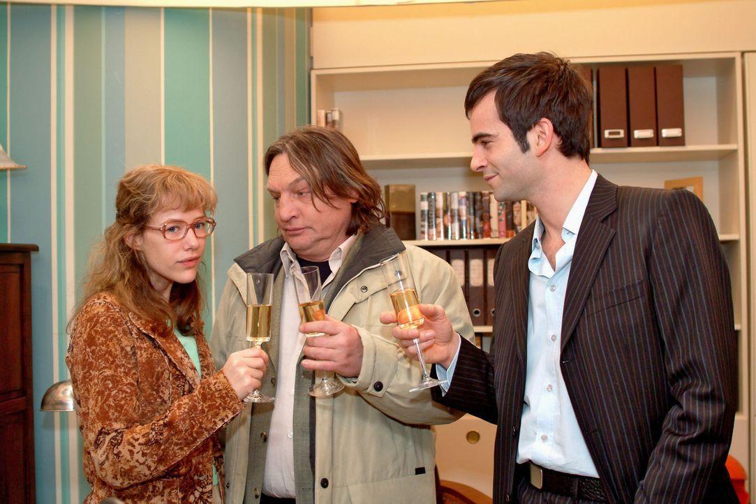 Lisa (Alexandra Neldel, l.) ist verblüfft und überglücklich, als David (Mathis Künzler, r.) ihr eröffnet, dass ihr Vater Bernd (Volker Herold, M.) e... - Bildquelle: Monika Schürle Sat.1