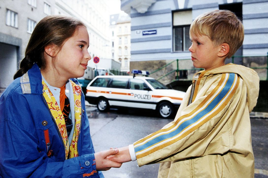 Kathie Bacher (Nicola Etzelstorfer, l.) und ihr jüngerer Bruder Klaus (Nikolaus Blum, r.) leiden sehr unter dem aggressiven und alkoholkranken Vater... - Bildquelle: Ali Schafler Sat.1