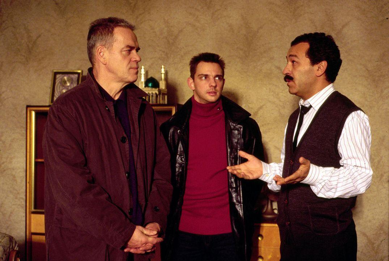 Wolff (Jürgen Heinrich, l.) und Tom (Steven Merting, M.) müssen Zarif Kutlucan (Tayfun Bademsoy, r.) die Nachricht überbringen, dass sein Sohn ermor... - Bildquelle: Alfred Raschke Sat.1