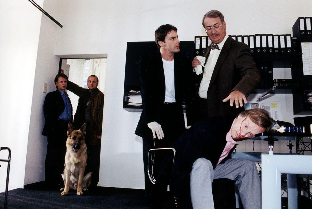 Brandtner (Gedeon Burkhard, M.) befragt Dr. Graf (Gerhard Zemann, 2.v.r.) zur möglichen Todesursache von Herbert Baumann (Günther Panak, r.). Kunz (... - Bildquelle: Ali Schafler Sat.1