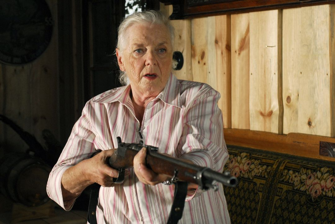 Resi (Ruth Drexel) ist der Meinung, dass man mit diesem alten Gewehr alles, bloß nicht mehr schießen kann ... - Bildquelle: Hans Seidenabel Sat.1