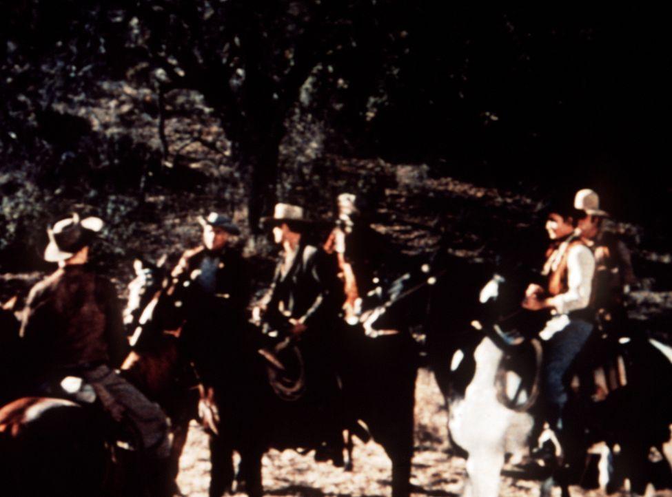 Eine Meute von Männern hat sich zusammengefunden, um zu verhindern, dass die Cartwrights ihr krankes Vieh durch ein notwendiges Schwefelbad führen. - Bildquelle: Paramount Pictures