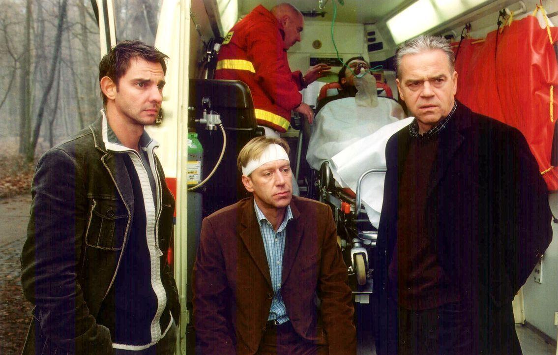 Kommissar Wolff (Jürgen Heinrich, r.) und Tom (Steven Merting, l.) werden zu dem Ort eines Auffahrunfalls, bei dem eine Frau um Leben kommt,gerufen.... - Bildquelle: Claudius Pflug Sat.1