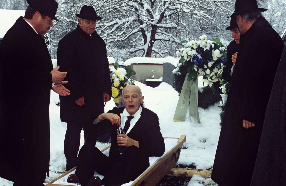 Auf der Beerdigung von Mitteregger (Rudolf Fischer, M.) wird der Tote plötzlich wieder sehr lebendig ... - Bildquelle: Magdalena Mate Sat.1