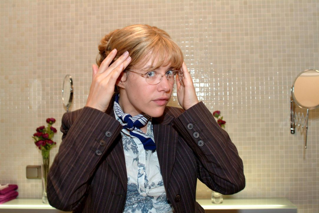 Lisa (Alexandra Neldel) bewundert im Spiegel ihre neue Frisur. (Dieses Foto von Alexandra Neldel darf nur in Zusammenhang mit der Berichterstattung... - Bildquelle: Monika Schürle Sat.1