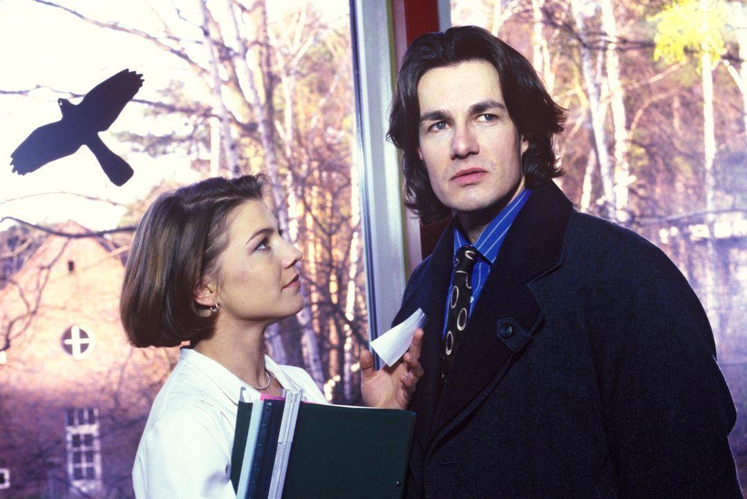 Stephanie (Claudia Schmutzler, l.) bittet Tobias (Urs Remond, r.), mit seinem starrköpfigen Vater Geduld zu haben ... - Bildquelle: Noreen Flynn Sat.1