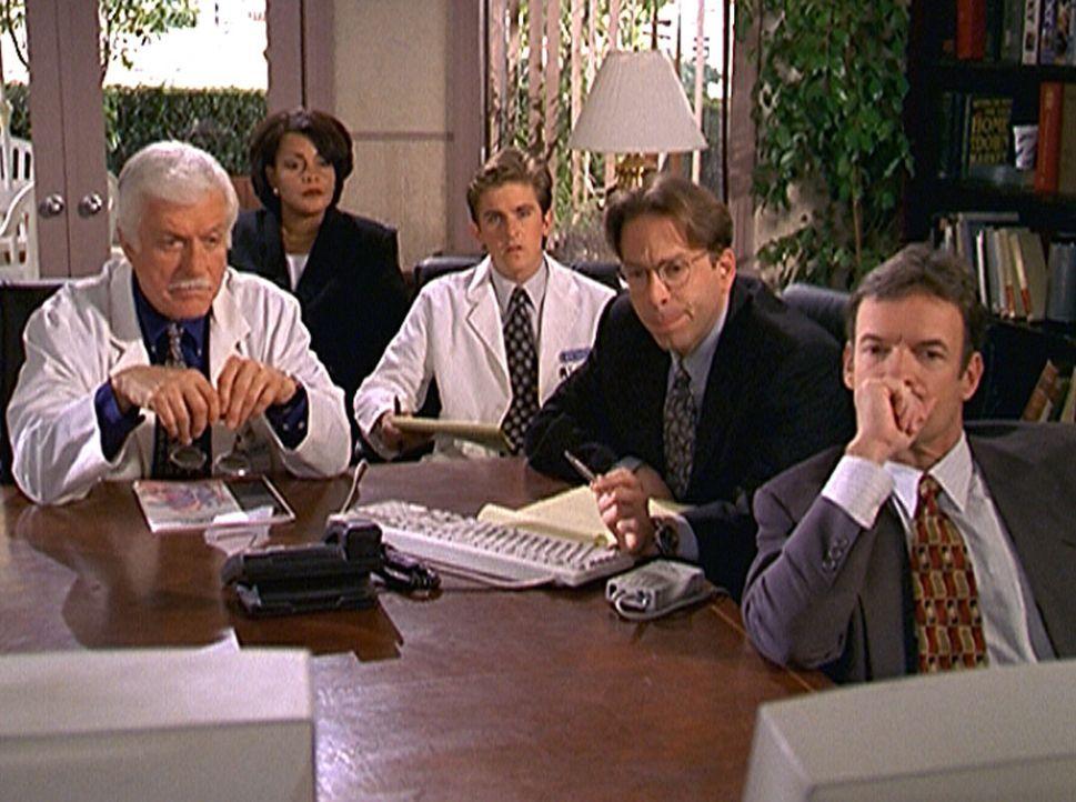 Mark (Dick Van Dyke, l.) und Jesse (Charlie Schlatter, M.) beobachten eine Herzoperation, bei der das neue Lasergerät eingesetzt wird. Sie ahnen nic... - Bildquelle: Viacom
